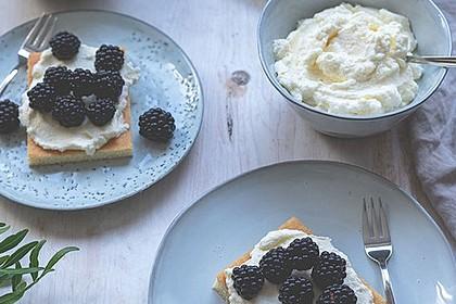 Hot Milk Sponge Cake mit Mascarponesahne und frischen Beeren