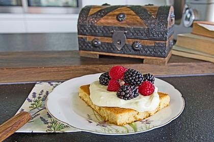 Hot Milk Sponge Cake mit Mascarponesahne und frischen Beeren 1