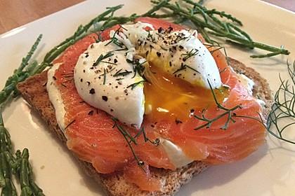 Pochiertes Ei mit Lachs und Meerrettichcreme auf Toast nach Fiefhusener Art 1