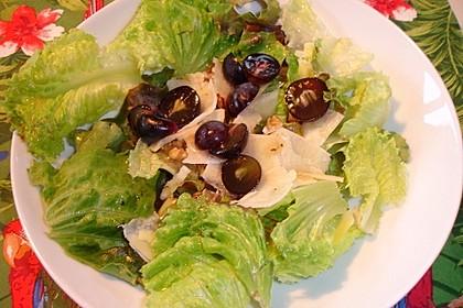 Salat mit Trauben, Walnüssen und Parmesan