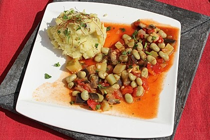 Dicke Bohnen in Gemüse-Tomatensauce