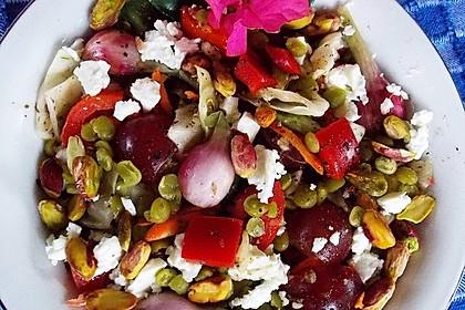 Griechischer Bauernsalat mit grünen Linsen