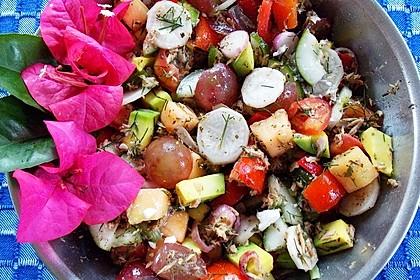 Gemischter, knackiger Salat mit Thunfisch