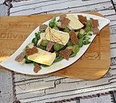 Traubensalat mit Nüssen und Birnen an gerösteten Brotscheiben mit Camembert (Bild)