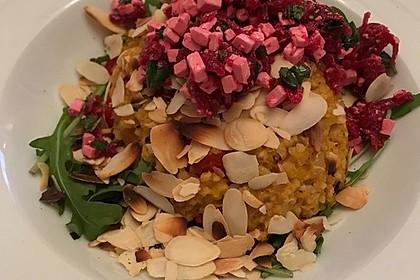 Kürbis-Bulgur auf Rucolabett mit Rote Bete-Hirtenkäse-Minz-Topping und Mandelblättchen