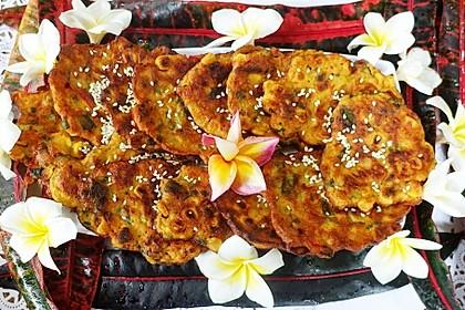 Indonesische, würzige Gemüsepuffer mit Mais und Hühnerfleisch