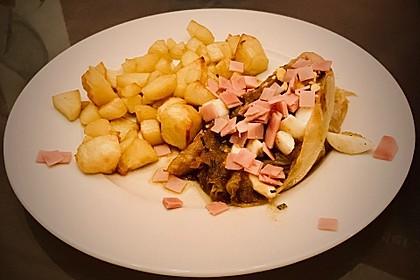Spitzkohl auf polnische Art mit Schinken und Röstkartoffeln