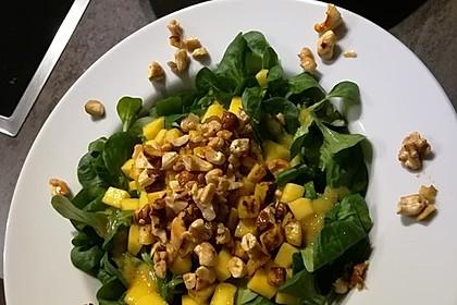 Feldsalat mit gebratenem Kürbis, Mango und Honignüssen