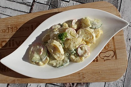 Kartoffelsalat mit Gurken und Radieschen (Bild)