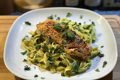 Pasta mit Avocado-Basilikum-Pesto und würzigem Lachs