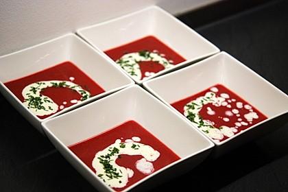 Fruchtige Rote Bete-Suppe mit Meerrettichschaum