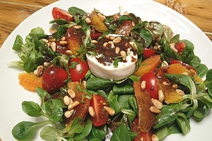 Feldsalat mit Burrata, Orangen und Pinienkernen (Bild)