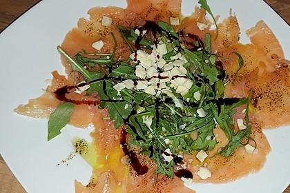 Räucherlachs-Carpaccio mit Parmesan und Rucola