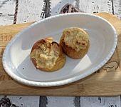 Bratäpfel gefüllt mit Haselnusskrokant und Apfelmus (Bild)