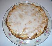 Gedeckter Apfelkuchen mit Amaretto und Walnüssen