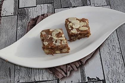 Mandel-Haselnuss-Plätzchen mit Zuckerguss und Mandelblättchen