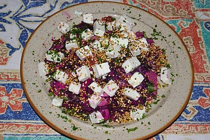 Lauwarmer Rotkohlsalat mit Feta-Käse und Quinoapops