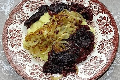 Kartoffelstampf mit gebratenen Zwiebeln und gebratener Blutwurst