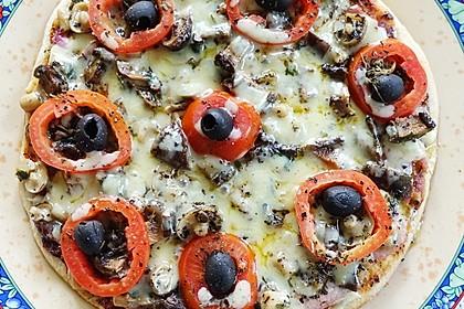 Exotische Pfannenpizza mit Schinken und Shimeji-Pilzen