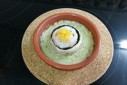 Champignons mit Wachtelei gefüllt und Gorgonzola-Sauce