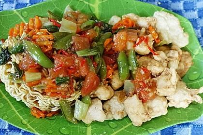 Knusprig frittierte, chinesische Eiernudeln mit Hühnerfleisch und Cap Cay in Austernsauce (Bild)