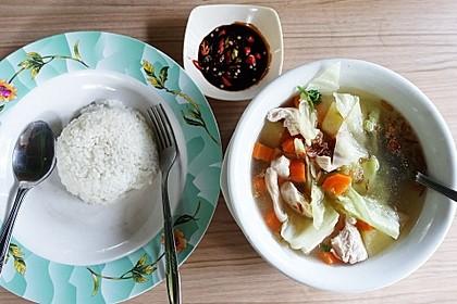 Hühnersuppe mit Reis und Sambal (Bild)