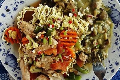 Knusprig frittierte chinesische Eiernudeln mit Hühnerfleisch à la Delicio