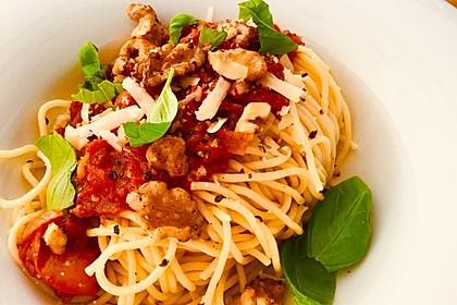 Spaghetti mit pikantem Tomatensugo und karamellisierten Walnusskernen