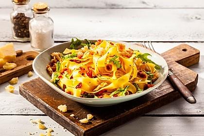 Rucola-Bandnudeln mit Hähnchen-Parmesan-Croûtons