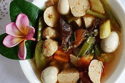 Würzige Gemüsesuppe mit Garnelenbällchen, Taubeneiern und Pilzen