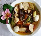 Würzige Gemüsesuppe mit Garnelenbällchen, Taubeneiern und Pilzen (Bild)