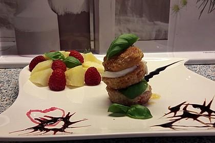 Tomaten-Büffelmozzarella-Türmchen mit Salatsoße