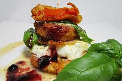 Tomaten-Büffelmozzarella-Türmchen mit Salatsoße (Bild)