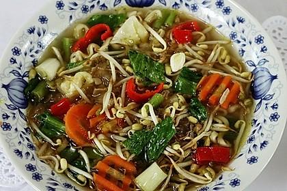 Chinesische Gemüsesuppe mit Nudeln und Eispilzen