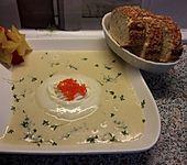 Knoblauchcremesuppe mit Forellenkaviar (Bild)