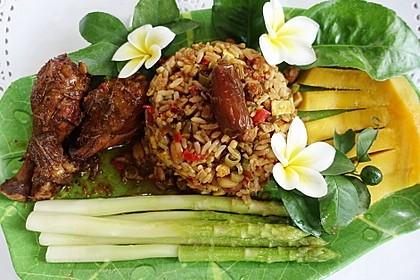 Würzige Hühnerschlegel mit Nasi Goreng, grünem Spargel und Mango