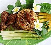 Würzige Hühnerschlegel mit Nasi Goreng, grünem Spargel und Mango (Bild)