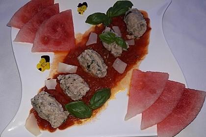 Parmesan-Knäckebrot-Nocken mit Basilikum auf Tomatensoße