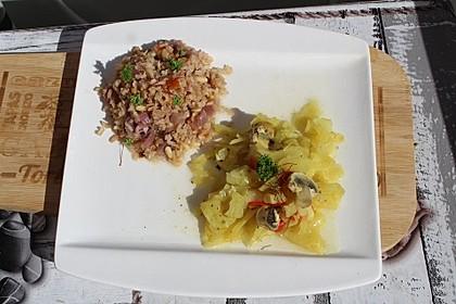 Zwiebel-Tomaten-Vollkorn-Reis mit Pinienkernen