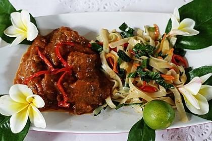 Rotes Rindfleisch-Curry mit bunten Kailan-Nudeln
