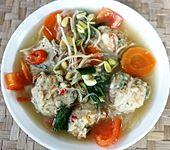 Hühnersuppe mit Knödeln und Reis-Vermicelli-Nudeln (Bild)