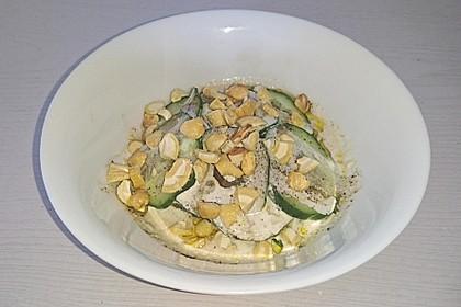 Gurkensalat mit Cashewkernen (Bild)
