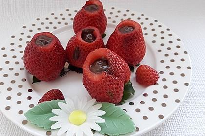 Schokolade versteckt in Erdbeere (Bild)