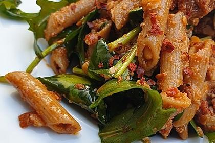 Nudelsalat mit Spinat und rotem Pesto