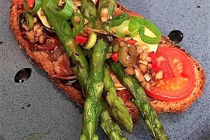 Tomaten-Ziegenkäse-Spargel-Brot mit Zwiebel-Chili-Topping (Bild)