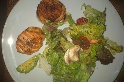 Blattsalat mit Lachsmedaillons