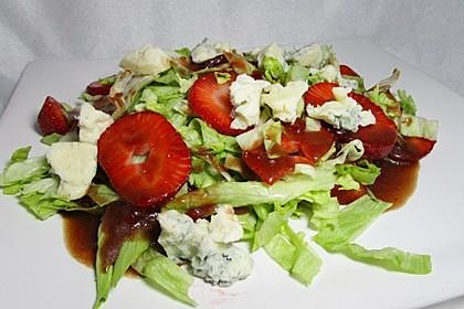 Feldsalat mit Gorgonzola, Erdbeeren und Erdbeer-Dressing