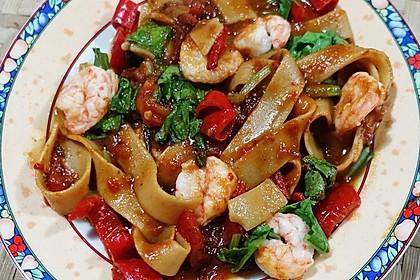 Breite Nudeln mit Gemüse und Garnelen mit Tauco-Sauce