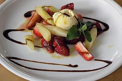 Karamellisierter Spargel mit Erdbeeren und Vanilleeis