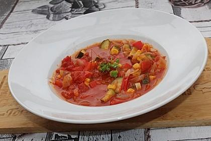 Tomatensuppe mit Zucchini, Paprika und Mais